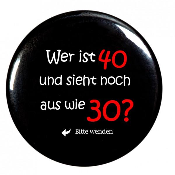 """""""Wer ist 40 und sieht aus wie 30"""" Taschenspiegel, Spiegel, Button, rund, 56mm Durchmesser"""
